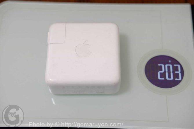 Macbookの電源アダプタの重量